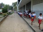 นักเรียนระดับชั้นอนุบาลเดินแถวเข้าห้องเรียน
